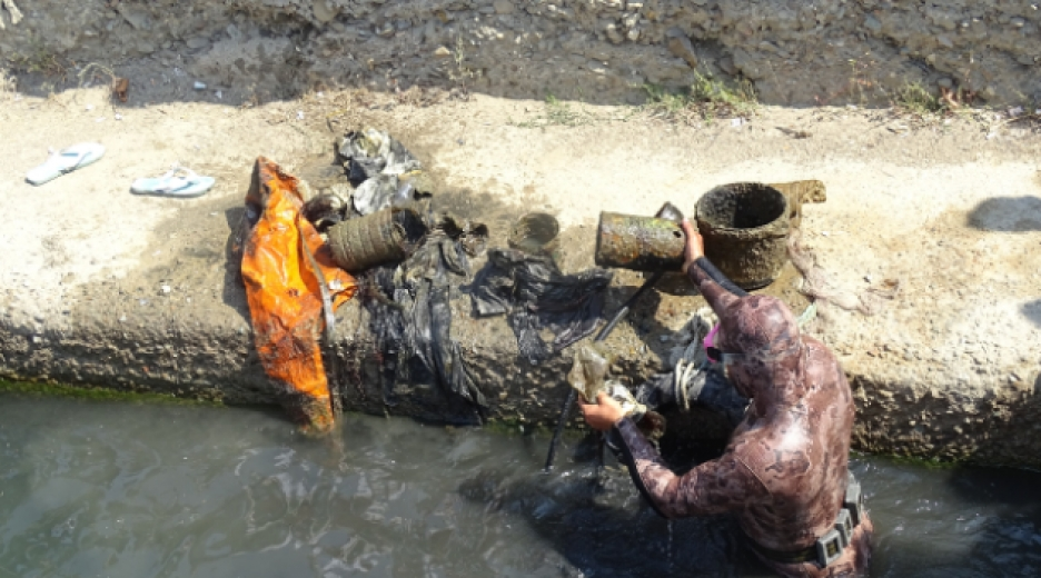 Dalgıçlar denizdeki çöpler için daldı